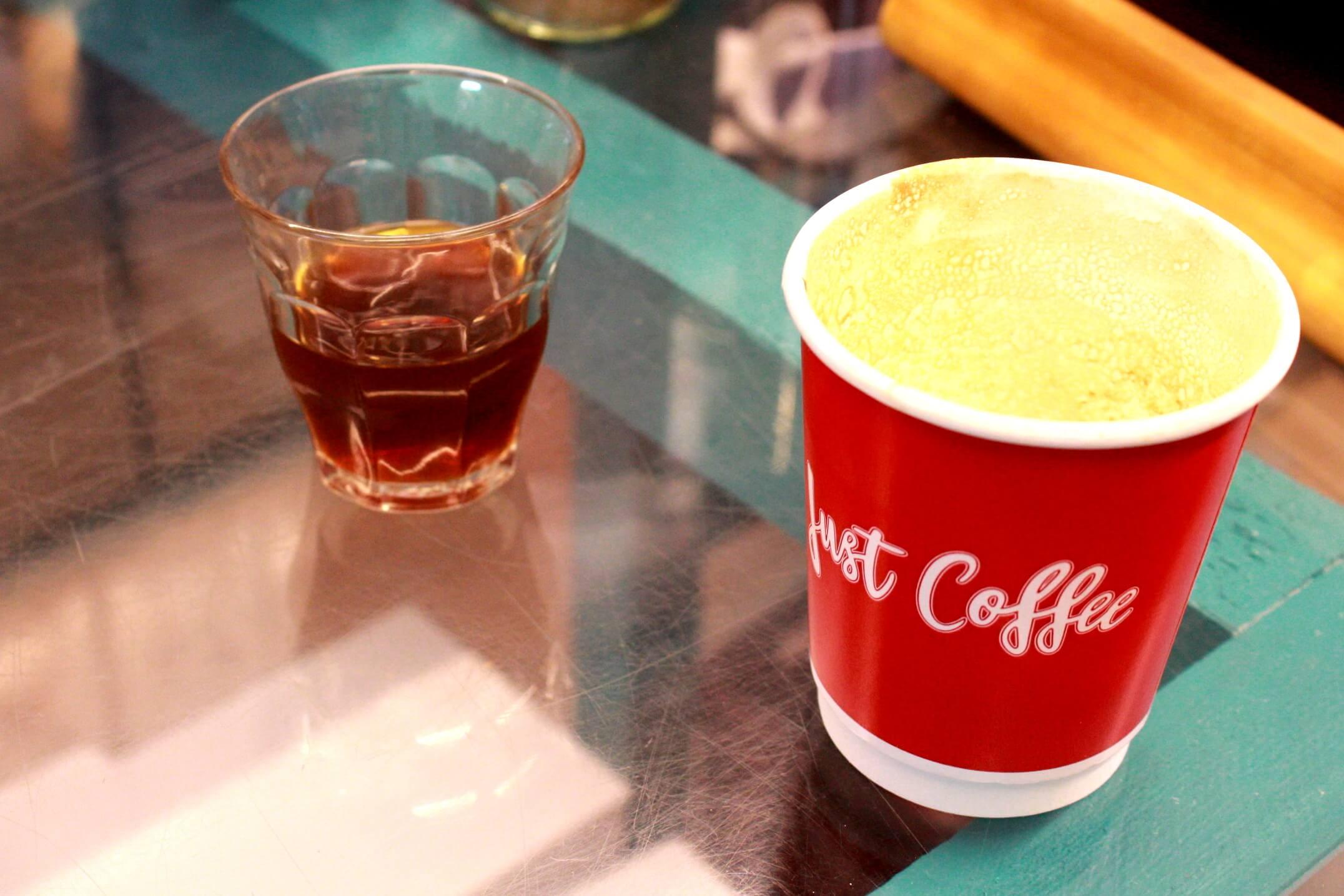 Der_bolivianische_Spezialit_tenkaffee__links__schmeckt_s_sslich